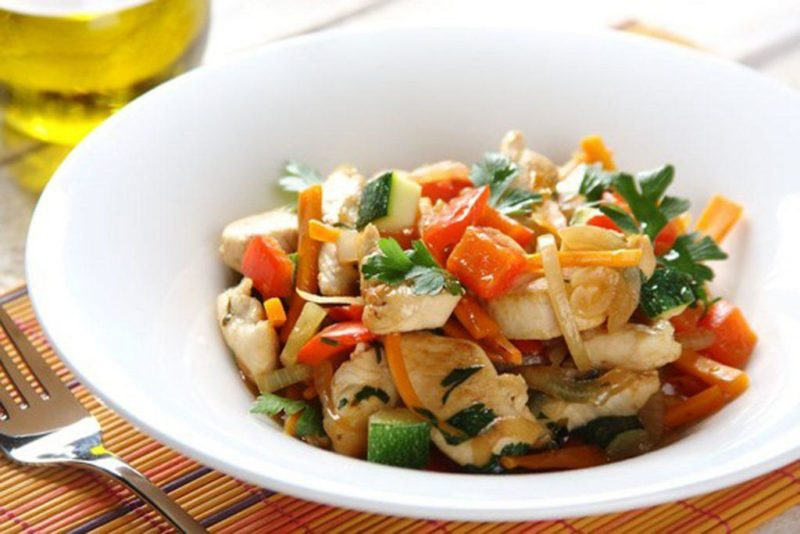 Диетические блюда из куриной грудки – птица, тушенная с овощами