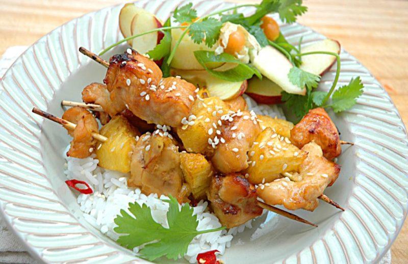 Шашлык на шпажках из курицы с ананасами
