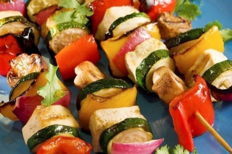 Шашлык на шпажках из курицы с овощами