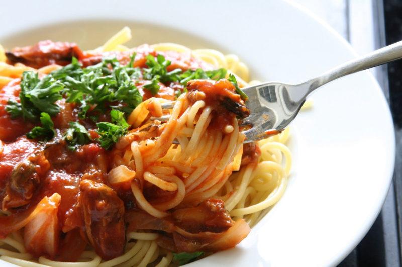 Спагетти с курицей и томатной подливкой