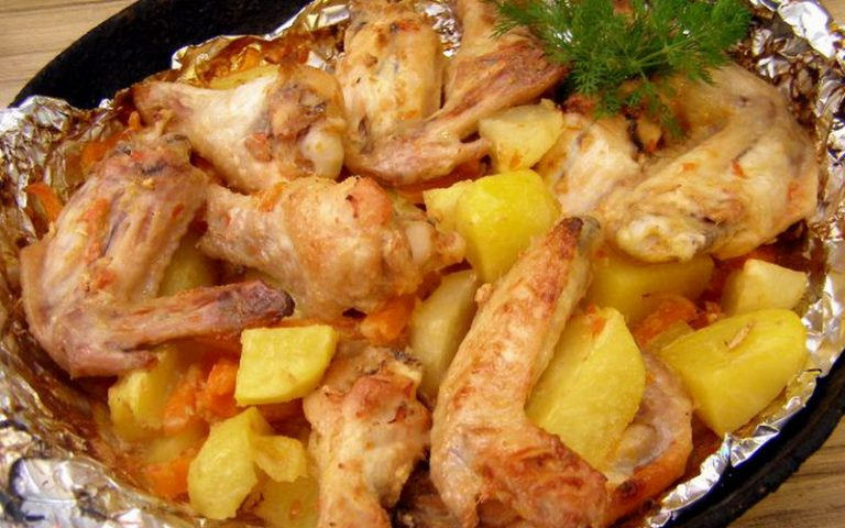 Куриные крылышки с картошкой и овощами в фольге