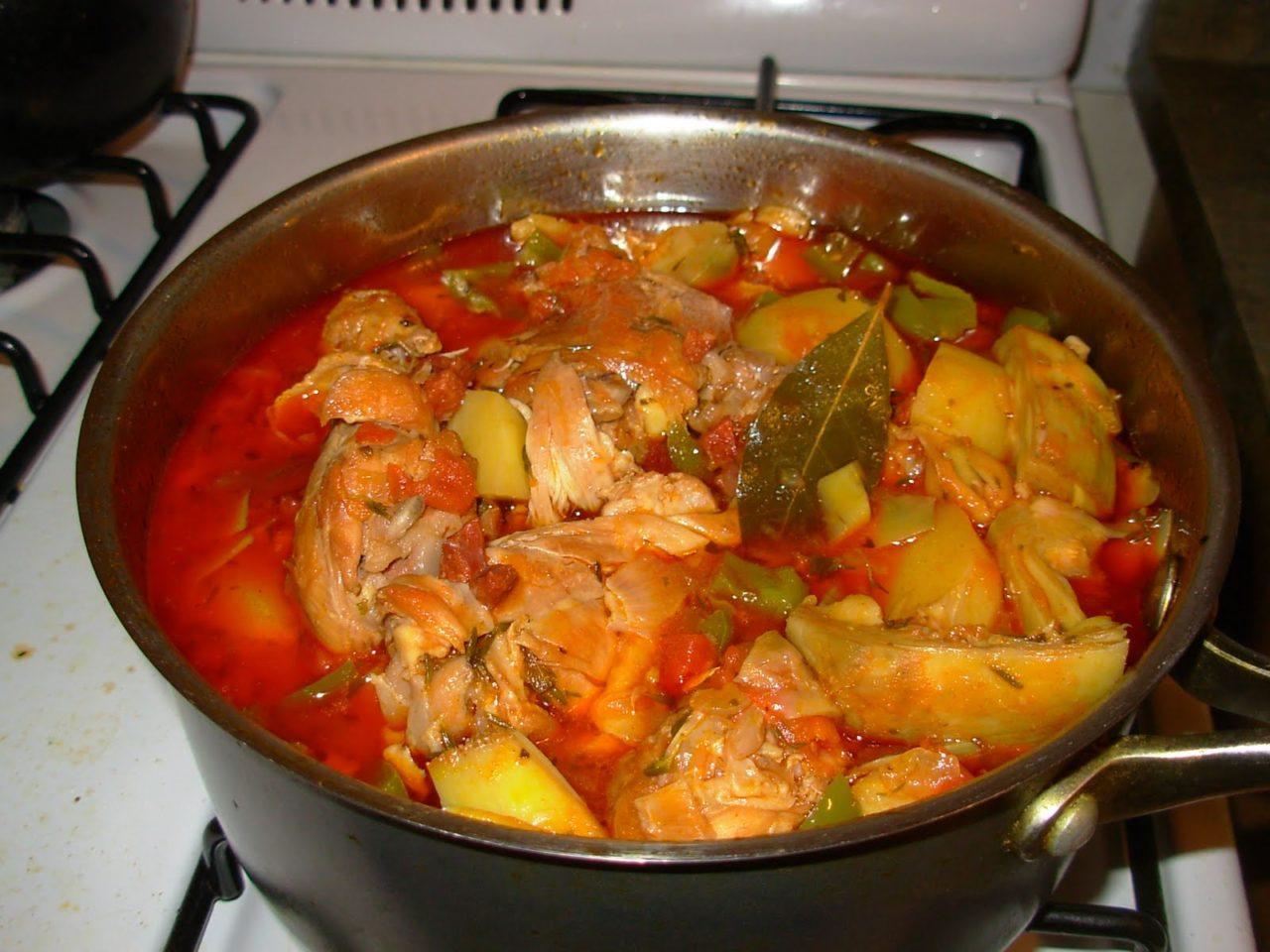 Курица тушеная с овощами и картофелем