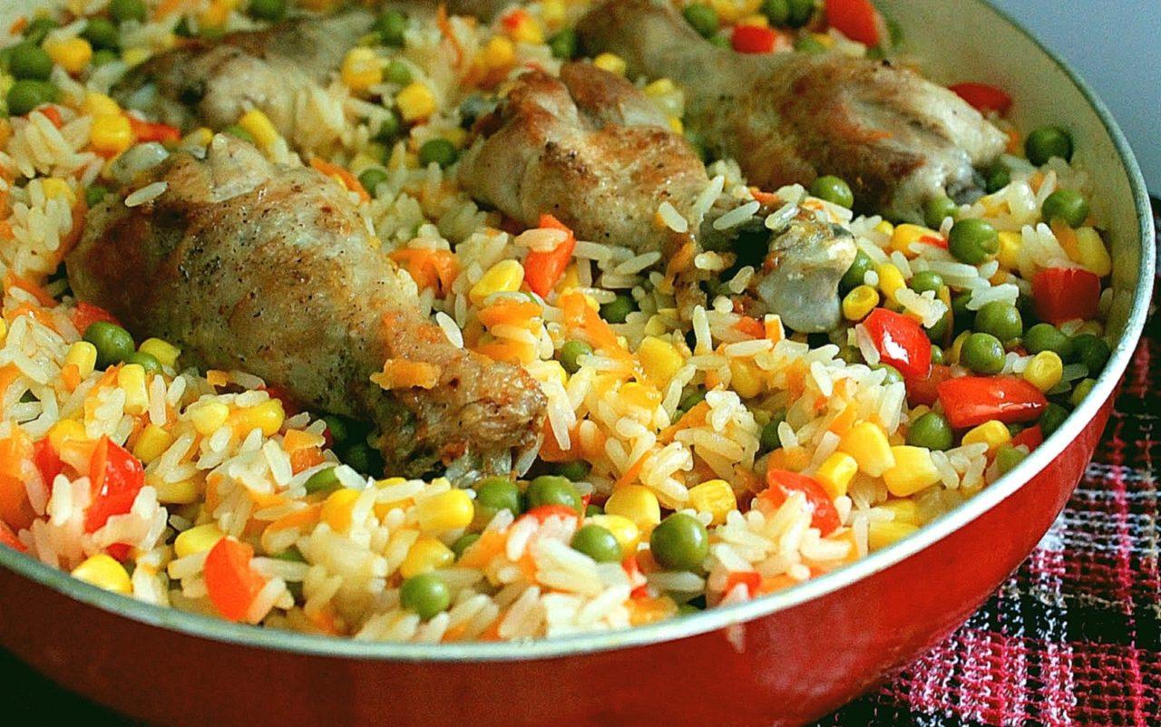 Курица тушеная с овощами и рисом