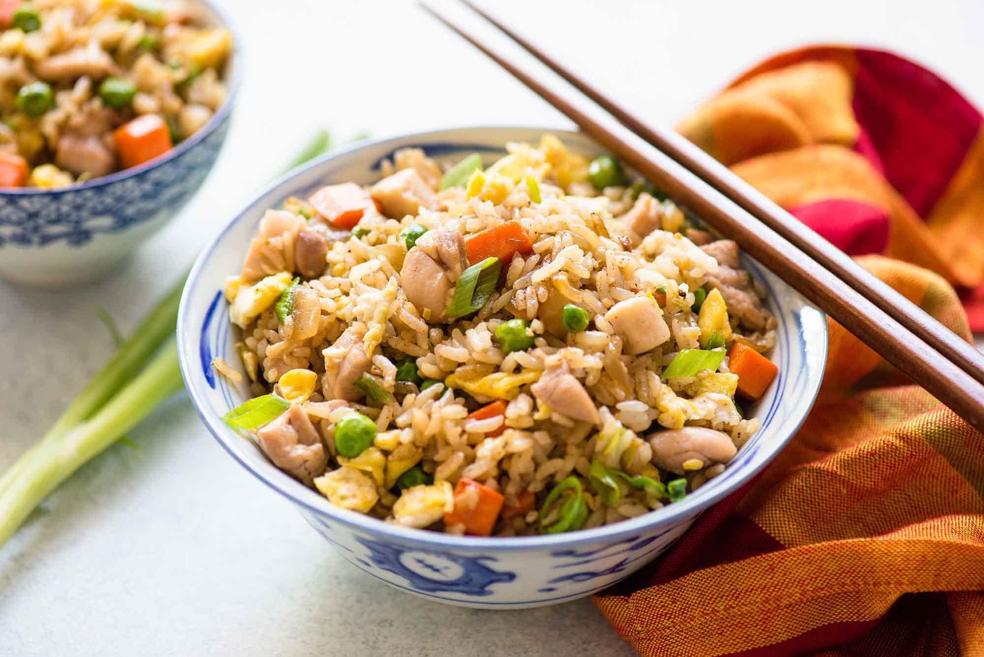 Рис с курицей, соевым соусом и яйцом