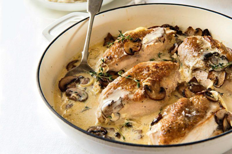 Курица с грибами в сметанном соусе — 8 рецептов как вкусно приготовить на сковороде и в мультиварке