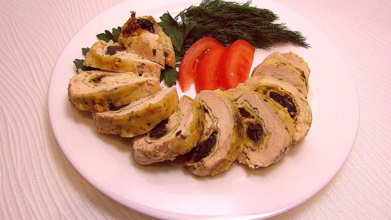 Жареный рулет из курицы с начинкой из чернослива