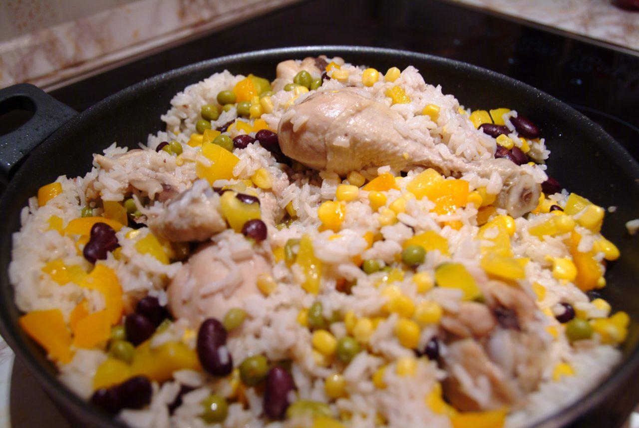 Рис с курицей и на сковороде и кукурузой