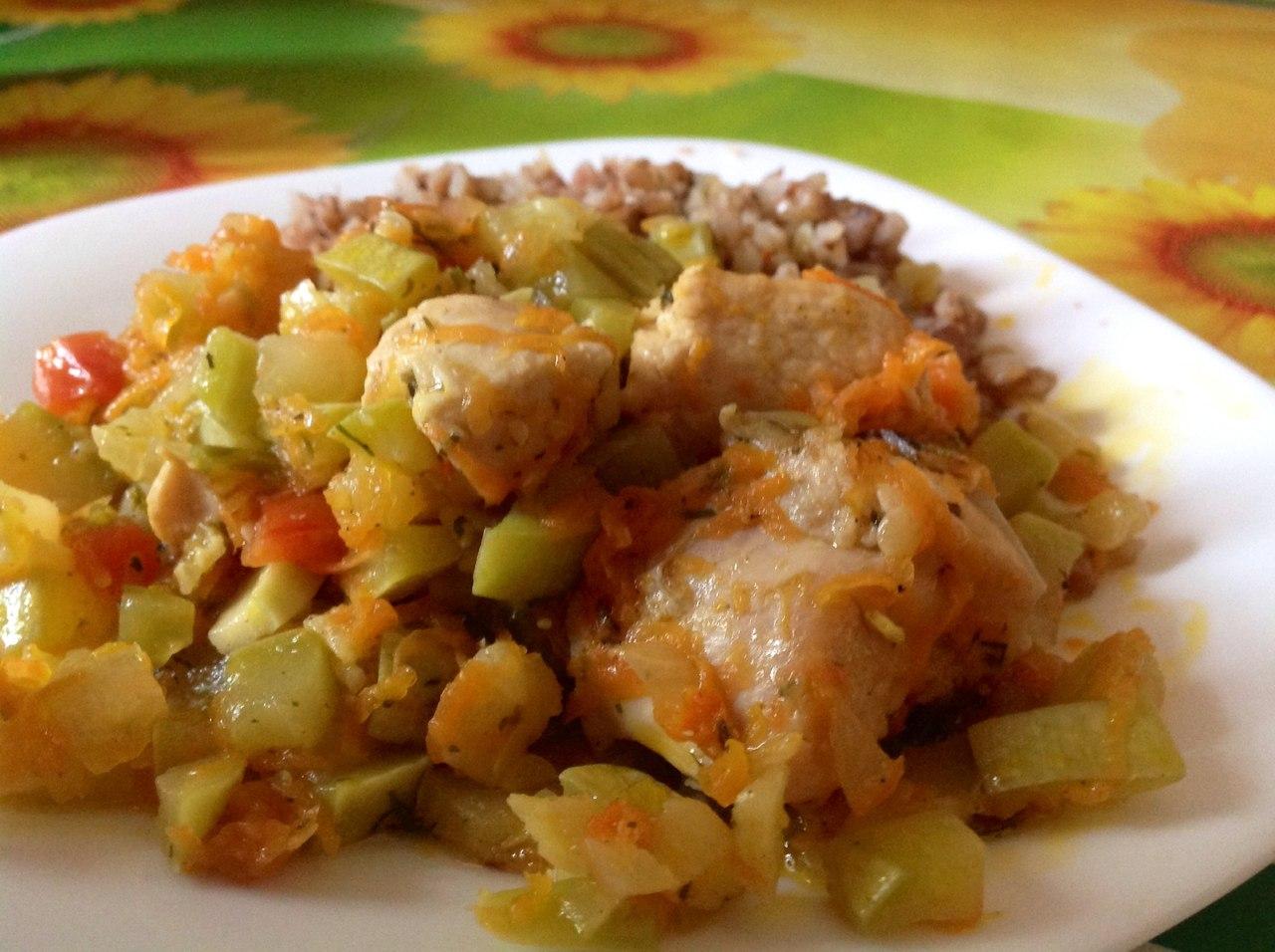 Курица тушеная с овощами и гречкой