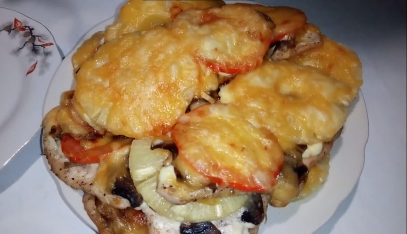 Курица под ананасом, помидорами, луком и сыром